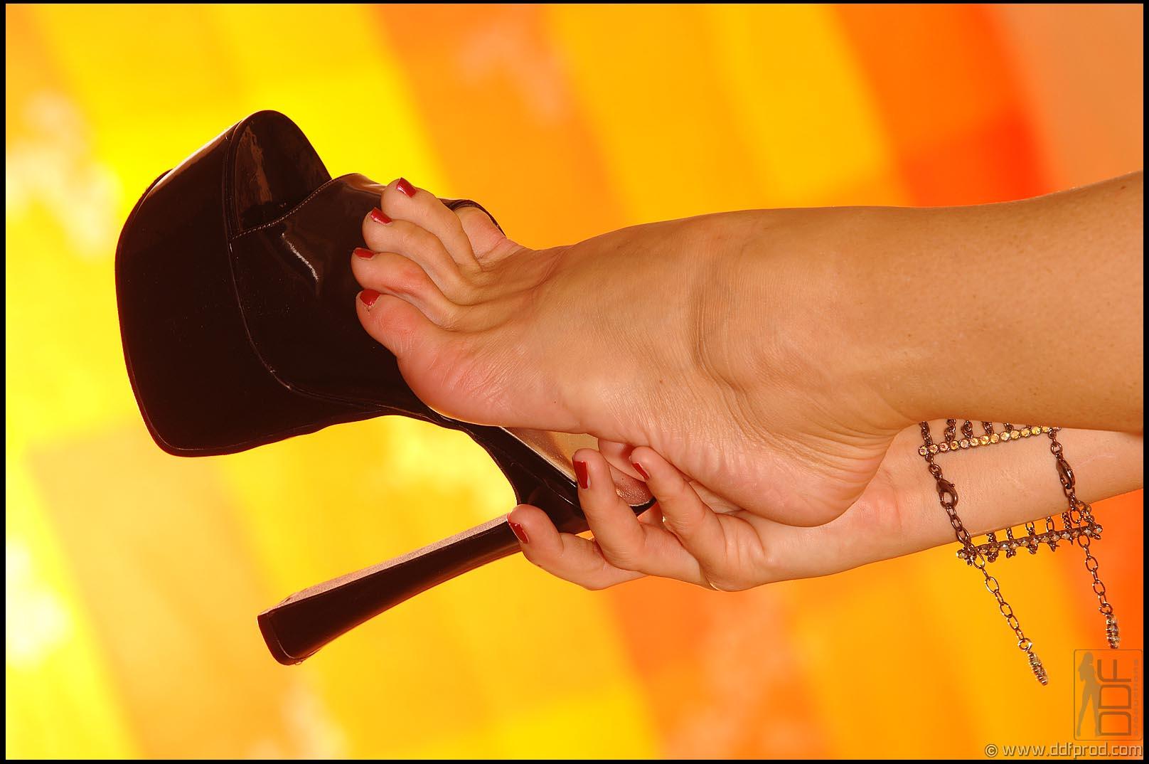 Silvia Saint Sexy Barefoot Fun